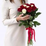 15 Красно-белых роз