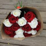 15 Червоно-білих троянд