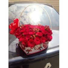 Композиція з червоних троянд