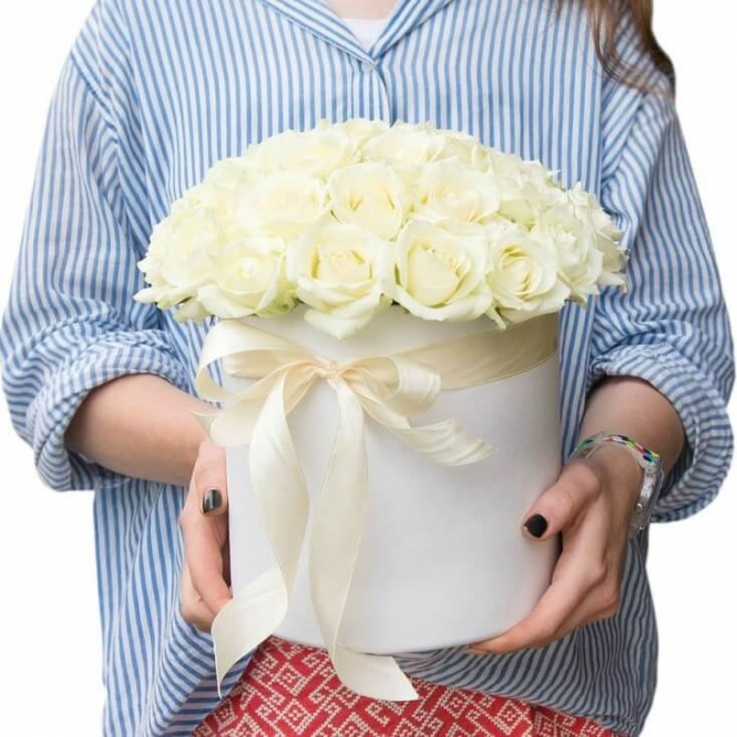 25 white roses in a hat box
