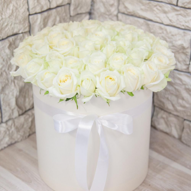 51 white roses in a hat box