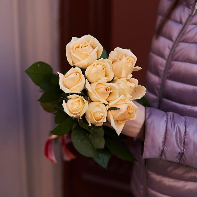 9 Кремових троянд