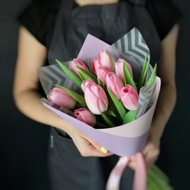 11 Рожевих тюльпанів
